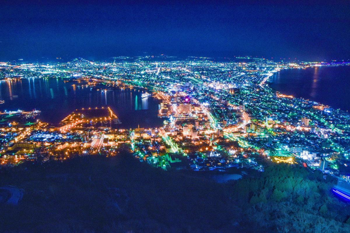 函館市街地は、陸地と島(現在の函館山)の間に砂が堆積してつながった「陸繋砂州」の上にある